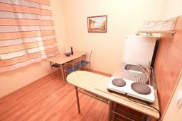 Кухня. Черногория, Герцег-Нови : Апартамент для 5 человек, с 2-мя отдельными спальнями, с 2-мя балконами с шикарным видом на море, возле пляжа