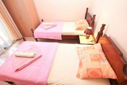 Спальня. Черногория, Герцег-Нови : Апартамент для 5 человек, с 2-мя отдельными спальнями, с 2-мя балконами с шикарным видом на море, возле пляжа