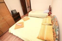 Спальня 2. Черногория, Герцег-Нови : Апартамент для 5 человек, с 2-мя отдельными спальнями, с 2-мя балконами с шикарным видом на море, возле пляжа