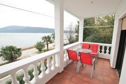 Балкон. Черногория, Герцег-Нови : Апартамент для 5 человек, с 2-мя отдельными спальнями, с 2-мя балконами с шикарным видом на море, возле пляжа