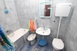 Ванная комната. Черногория, Герцег-Нови : Апартамент для 5 человек, с 2-мя отдельными спальнями, с 2-мя балконами с шикарным видом на море, возле пляжа