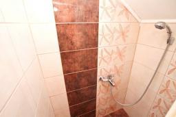 Ванная комната. Черногория, Герцег-Нови : Апартамент с отдельной спальней, с балконом с шикарным видом на море, возле пляжа