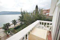 Балкон. Черногория, Герцег-Нови : Студия с балконом с шикарным видом на море, возле пляжа