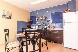 Кухня. Черногория, Дженовичи : Апартамент для 4-6 человек, с 2-мя отдельными спальнями, с 2-мя ванными комнатами, с террасой с видом на море