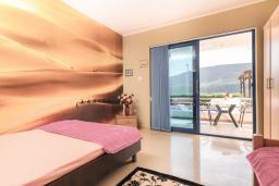 Спальня. Черногория, Дженовичи : Апартамент для 4-6 человек, с 2-мя отдельными спальнями, с 2-мя ванными комнатами, с террасой с видом на море
