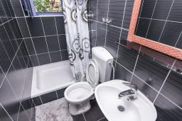 Ванная комната 2. Черногория, Дженовичи : Апартамент для 4-6 человек, с 2-мя отдельными спальнями, с 2-мя ванными комнатами, с террасой с видом на море