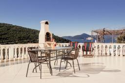 Терраса. Черногория, Бигова : Дуплекс апартамент для 6 человек, с 3-мя отдельными спальнями, с 2-мя ванными комнатами (душ и джакузи), с просторной гостиной, с 2-мя большими террасами с видом на море