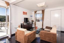 Гостиная. Черногория, Бигова : Дуплекс апартамент для 6 человек, с 3-мя отдельными спальнями, с 2-мя ванными комнатами (душ и джакузи), с просторной гостиной, с 2-мя большими террасами с видом на море