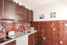 Кухня. Черногория, Бигова : Дуплекс апартамент для 6 человек, с 3-мя отдельными спальнями, с 2-мя ванными комнатами (душ и джакузи), с просторной гостиной, с 2-мя большими террасами с видом на море