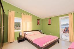 Спальня. Черногория, Бигова : Дуплекс апартамент для 6 человек, с 3-мя отдельными спальнями, с 2-мя ванными комнатами (душ и джакузи), с просторной гостиной, с 2-мя большими террасами с видом на море