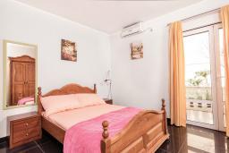 Спальня 2. Черногория, Бигова : Дуплекс апартамент для 6 человек, с 3-мя отдельными спальнями, с 2-мя ванными комнатами (душ и джакузи), с просторной гостиной, с 2-мя большими террасами с видом на море