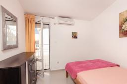 Спальня 3. Черногория, Бигова : Дуплекс апартамент для 6 человек, с 3-мя отдельными спальнями, с 2-мя ванными комнатами (душ и джакузи), с просторной гостиной, с 2-мя большими террасами с видом на море