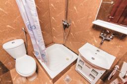 Ванная комната. Черногория, Бигова : Дуплекс апартамент для 6 человек, с 3-мя отдельными спальнями, с 2-мя ванными комнатами (душ и джакузи), с просторной гостиной, с 2-мя большими террасами с видом на море