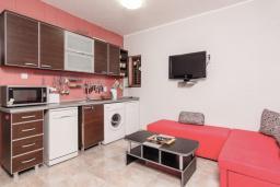 Гостиная. Черногория, Пераст : Апартамент для 4-6 человек, с 2-мя отдельными спальнями, с террасой с видом на море, возле пляжа