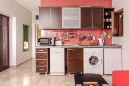 Кухня. Черногория, Пераст : Апартамент для 4-6 человек, с 2-мя отдельными спальнями, с террасой с видом на море, возле пляжа