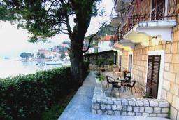 Терраса. Черногория, Пераст : Апартамент для 4-6 человек, с 2-мя отдельными спальнями, с террасой с видом на море, возле пляжа