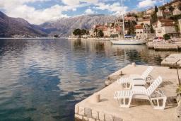Ближайший пляж. Черногория, Пераст : Апартамент для 4-6 человек, с 2-мя отдельными спальнями, с террасой с видом на море, возле пляжа