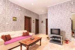 Гостиная. Черногория, Котор : Апартамент для 6-8 человек, с 3-мя отдельными спальнями, с просторной гостиной, с ванной комнатой с джакузи, с большой террасой