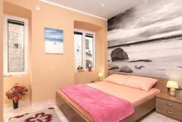 Спальня 2. Черногория, Котор : Апартамент для 6-8 человек, с 3-мя отдельными спальнями, с просторной гостиной, с ванной комнатой с джакузи, с большой террасой