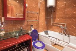Ванная комната. Черногория, Котор : Апартамент для 6-8 человек, с 3-мя отдельными спальнями, с просторной гостиной, с ванной комнатой с джакузи, с большой террасой