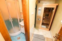 Прочее. Черногория, Добра Вода : Роскошная вилла в Добра Вода состоящая из 8 студий и 1 пентхауса, с современной оборудованной сауной, турецкой баней, солярием, открытым бассейном, с круглосуточной парковкой, с местом для барбекю, Wi-Fi