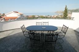 Вид на море. Черногория, Добра Вода : Роскошная вилла в Добра Вода состоящая из 8 студий и 1 пентхауса, с современной оборудованной сауной, турецкой баней, солярием, открытым бассейном, с круглосуточной парковкой, с местом для барбекю, Wi-Fi