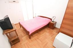 Спальня. Черногория, Петровац : Большой апартамент для 8-10 человек, с просторной гостиной, с 4 отдельными спальнями, с 4 ванными комнатами, 2 балкона с видом на море