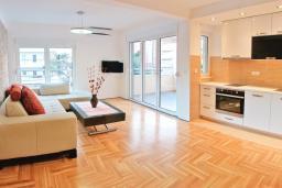 Гостиная. Черногория, Будва : Апартамент с отдельной спальней, с балконом