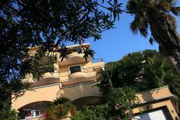Фасад дома. Garni Hotel Meduza 3* в Рафаиловичах