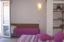 Студия (гостиная+кухня). Черногория, Рафаиловичи : Студио №16 Studio 03 (вид на соседние дома)