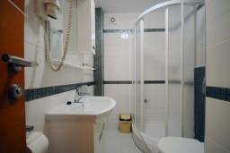 Ванная комната. Черногория, Рафаиловичи : Апартамент №502 с отдельной спальней и видом на море