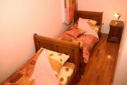 Спальня 2. Черногория, Рафаиловичи : Апартамент на мансарде №11 с двумя спальнями и видом на море