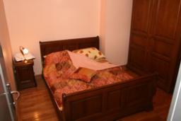 Спальня. Черногория, Рафаиловичи : Апартамент на мансарде №11 с двумя спальнями и видом на море