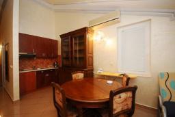 Гостиная. Черногория, Рафаиловичи : Апартамент на мансарде №11 с двумя спальнями и видом на море