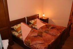 Спальня. Черногория, Рафаиловичи : Апартамент №5 с двумя спальнями и видом на море