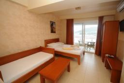 Спальня. Черногория, Рафаиловичи : Апартамент №601 с отдельной спальней и видом на море