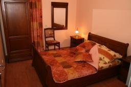 Спальня. Черногория, Рафаиловичи : Апартамент №3 с отдельной спальней и видом на море