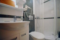 Ванная комната. Черногория, Рафаиловичи : Студио №402 с балконом