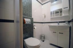Ванная комната. Черногория, Рафаиловичи : Студио №401 с балконом