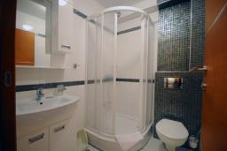 Ванная комната. Черногория, Рафаиловичи : Студио №501 с балконом и видом на море