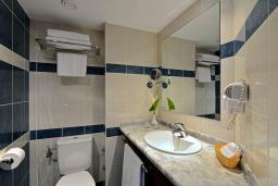 Ванная комната. Черногория, Бечичи : Стандартный номер с видом на сад