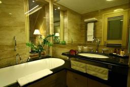 Ванная комната. Черногория, Бечичи : Улучшенный номер с видом на горы