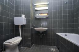 Ванная комната. Черногория, Рафаиловичи : Двухместный номер c видом на парк