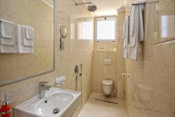 Туалет. Черногория, Бечичи : Семейный номер с видом на море