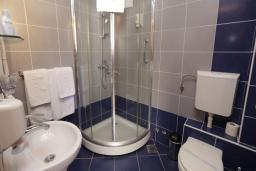 Ванная комната. Черногория, Бечичи : Двухместный номер в Tara Magnolia Villas