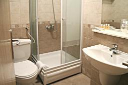 Ванная комната. Черногория, Петровац : Трехместный номер с балконом