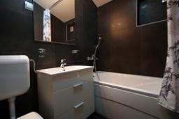 Ванная комната. Черногория, Святой Стефан : Люкс апартамент с отдельной спальней и боковым видом на море (№3 APP 03 LUX SS)