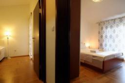 Спальня. Черногория, Святой Стефан : Люкс апартамент с отдельной спальней и боковым видом на море (№3 APP 03 LUX SS)