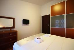 Спальня. Черногория, Святой Стефан : Люкс апартамент с отдельной спальней и боковым видом на море (№5 APP 03 LUX SS)
