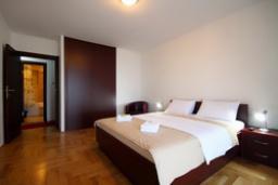 Спальня. Черногория, Святой Стефан : Люкс апартамент с 2-мя спальнями и видом на море (№4 APP 04 LUX SV)